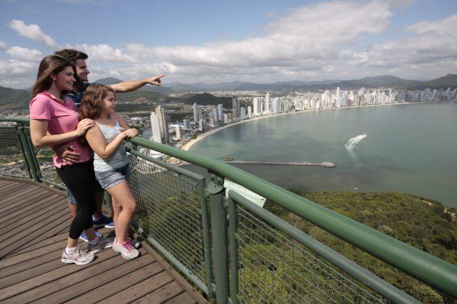 Vista de Balneário Camboriú do mirante no parque unipraias